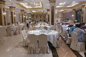 餐饮部大厅容纳30桌