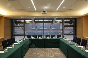 90平会议室-U型台-绿布草